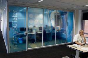 Interieur decoratie maatwerk fullcolour prints vakkundig geinstalleerd - Decoratie kantoor ...