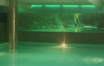 Maatwerk interieurdecoratie door muurstickers fotobehang en print op stof - Muur zwembad ...